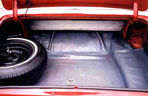 Багажник Ford Fairlane модели 1966 года по сути отличался от волговского только левым расположением запасного колеса. Оно также прикручено винтом, погрузочная высота так же велика.