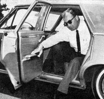 Выходить из больших, но низких американских машин тех лет было ещё сложнее, чем из «Волги» ввиду ещё меньшей высоты.