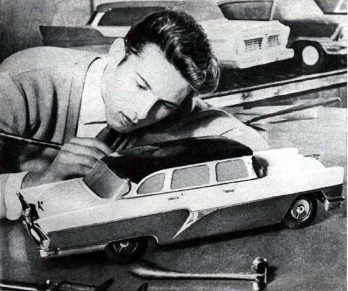 Работы по моделям ГАЗ-13 и ГАЗ-24 пересекались во времени — на заднем плане видны первые полноразмерные макеты будущей «Волги».